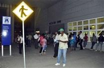 Usuarios esperando para entrar a la estación del Metro a las 6 AM (foto de: Periodico El Nacional)