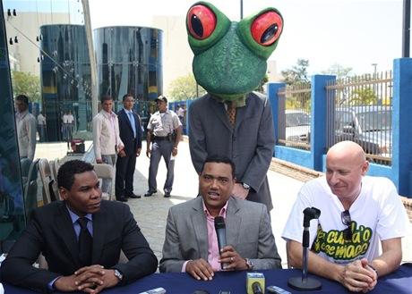 Miguel Céspedes da declaraciones a la prensa sobre la campaña en la estación de La Feria L1 del Metro. En la foto: Raymond Pozo, Miguel Céspedes y el representante de la embajada.