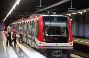 Foto: Un guardia vigila una estación del metro en Santo Domingo (República Dominicana), durante la inauguración de la segunda línea que tendrá 13 kilómetros y 14 estaciones. EFE