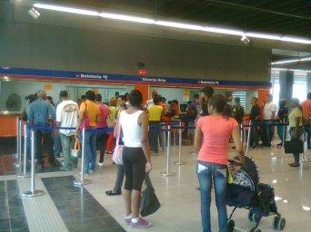 Usuarios de la L1 hacen filas para adquirir la tarjeta Metro.