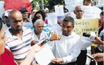 Desalojados del Hoyo la Zurza muestran carta les dio opret en 2005. Francisco Reyes.