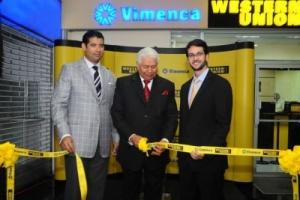 Don Victor Mendez Capellan (al centro) mientras realiza el corte de la cinta.