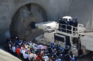 Maquina Tuneladora MKI iniciando la excavación en presencia de la prensa.